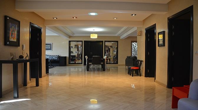 Villa à vendre au centre ville de Marrakech, au quartier de Targa, à seulement 10 minutes du lycée français Victor Hugo et à deux min de carrefour.
