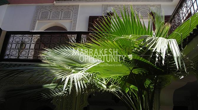 vente riad exploité en maison d'hôte, situé dans un des plus vieux quartier a 10 min de la place jamae el fena , d'une architecture marocaine a